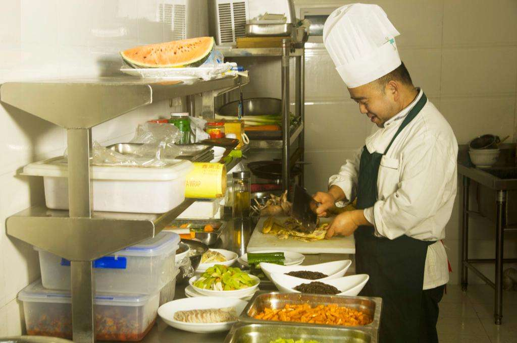 酒店厨房设备应该怎么布置 需要哪些设备呢
