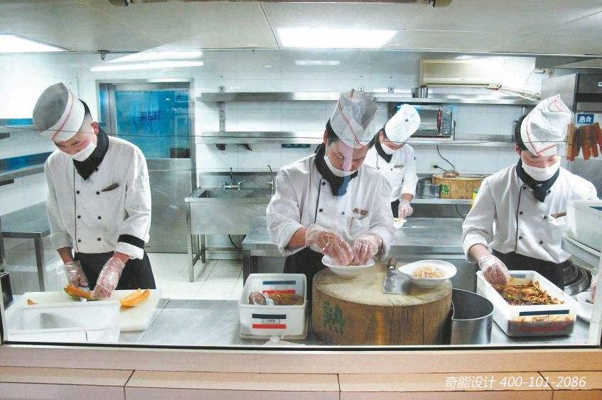 在饭店厨房设计中,凉菜间凉菜品种繁多,制作快捷,往往是饭店的重要卖点。为了满足客人需要,凉菜间应干净淸爽,菜品鲜亮,作为明档必上的项目,还有展示的作用。 凉菜间配置的设备,一般有以下三类: 凉菜熟制设备:一般配置主要是蒸、煮、熬、酱的炉灶,以及锅灶、低汤灶、烫菜用的电磁炉。有烧腊制作的凉菜间应有烧烤扒的炉具,如烤鸭炉、扒炉、蒸烤箱等炉具及配套设备。生制设备:主要是切配、保鲜的台案,车架、碗柜等设备。保鲜工作台、调料车、冰柜、果品保鲜柜等,还需要一些通用设备,如碗柜、拉门工作台、水池、菜架等。冰制设备:一